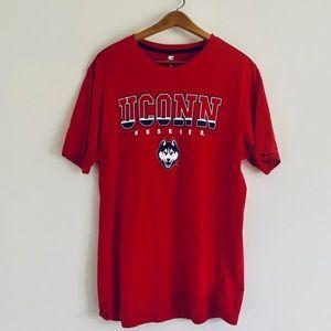🐶UConn Huskies T Shirt!!